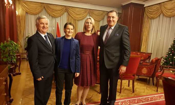 Čubrilović sa premijerkom Srbije Anom Brnabić koja je deklarisana lezbejka